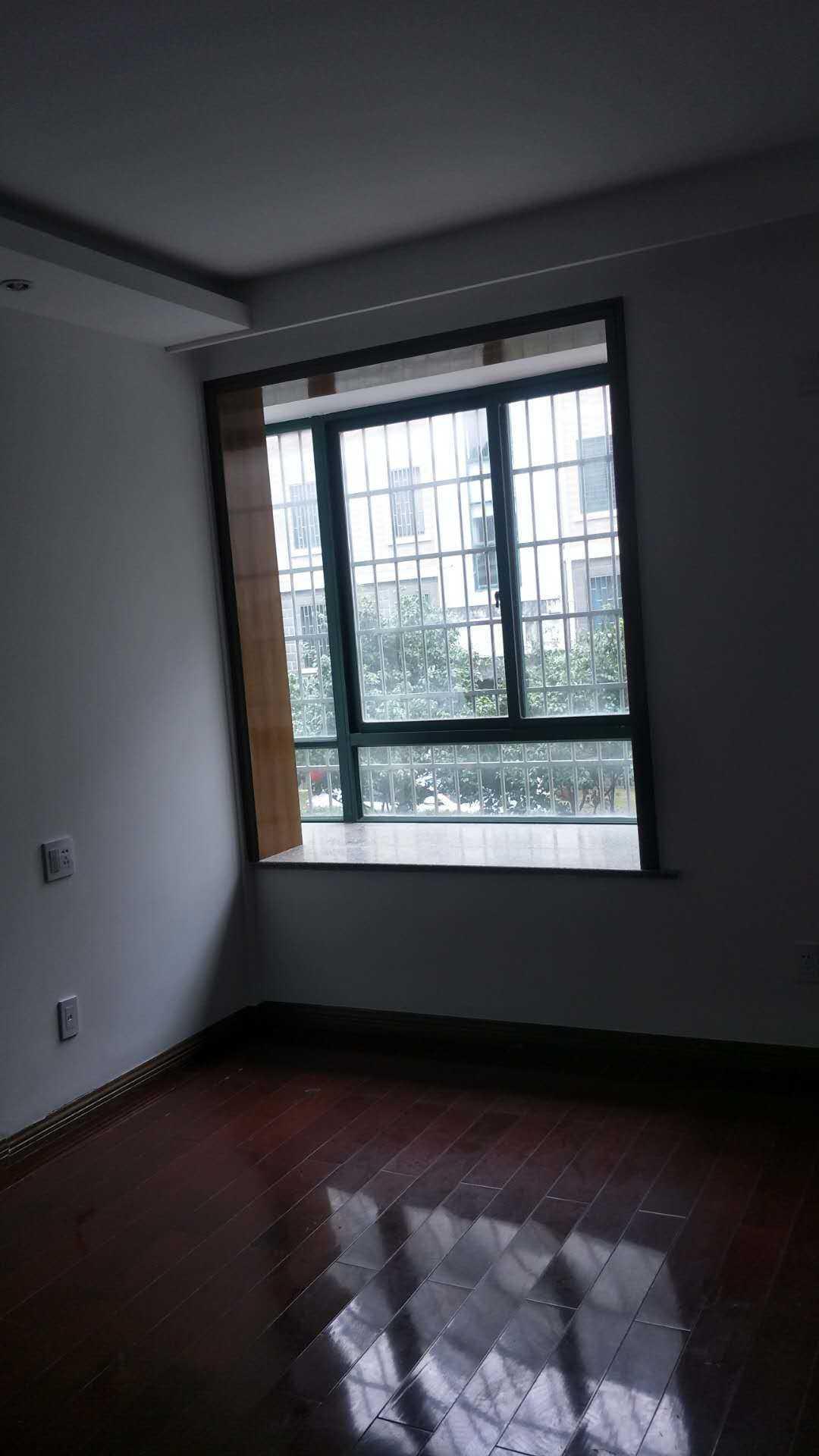 02165出售:万家花苑架空1楼,面积102平方,3室2厅,全新现代风格精装修未住人,中央空调集成吊顶,整体橱柜,阳光充足,车棚一间的实拍照片