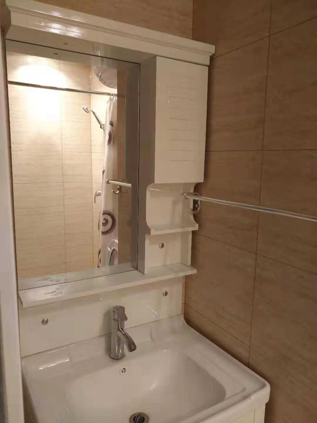 03012出租吾悦广场公寓25楼朝南,精装,有热水器,空调,沙发,厨具,衣柜,电视机,家具家电都品质优秀,拎包入住,租金2300,可押一付三,半年起租,一年以上可适当优惠的实拍照片