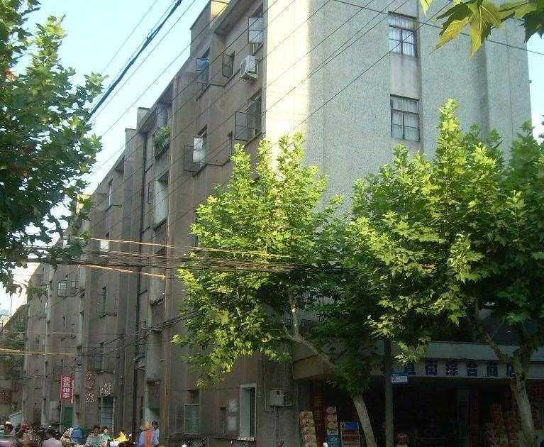 10161出租剧院路的学区房5/5楼,60平方,二室一厅一厨一卫一阳台,一间朝南一间朝北,楼下有一车棚,租金1000元/月