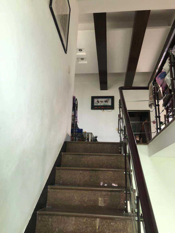 04093.出售盛都公寓5+6楼屋顶花园,产证面积178方实际面积218方,带车棚一个,外加一个独立产权车库,中等装修,带车库130万的实拍照片