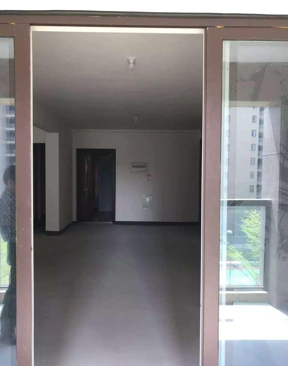 04091出租阳光龙庭,4楼中间套电梯房,120平米,3室2厅1卫,带一个车棚和一个车位,含物业费,毛坯的实拍照片
