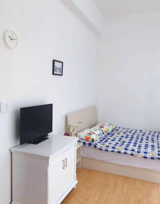 04241出租文创园,一室一厅一卫 ,带独立卫生间、厨房、电视机、空调、油烟机、洗衣机、无线wifi、热水,每月1300-1500元,拎包入住。的实拍照片
