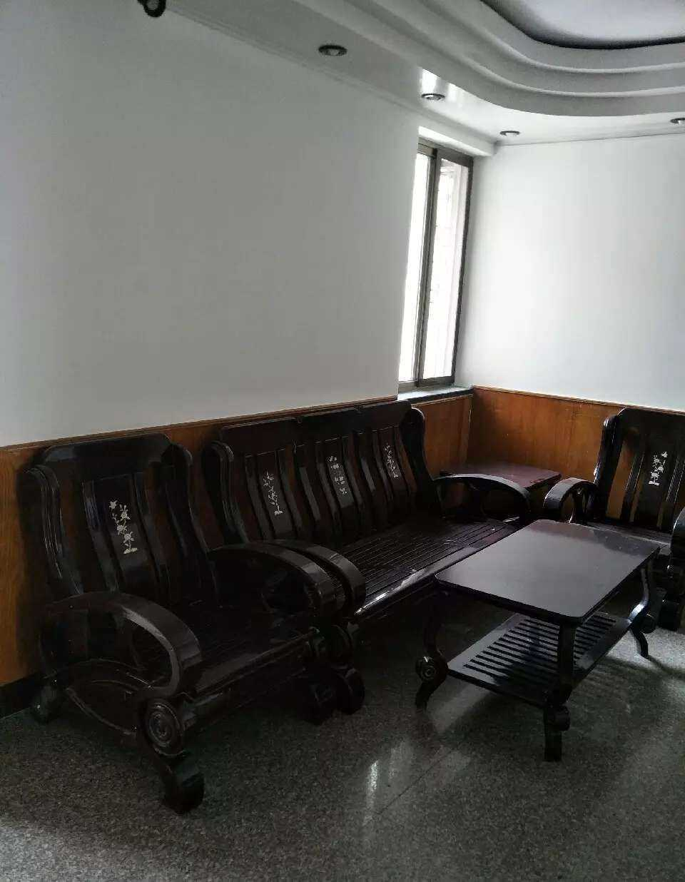 04283出租安吉里4楼85平方,三室一厅一卫,拎包入住。18年厨房卫生间和墙壁新装修,一年起租,长租可优惠 的实拍照片