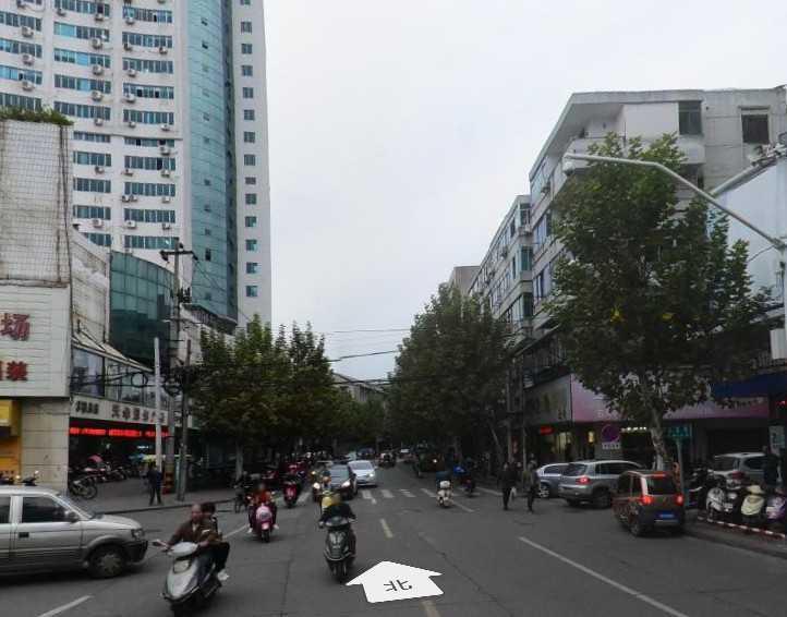 08305出租北直街三江购物中心斜对面,房间20平方,门口小阳台