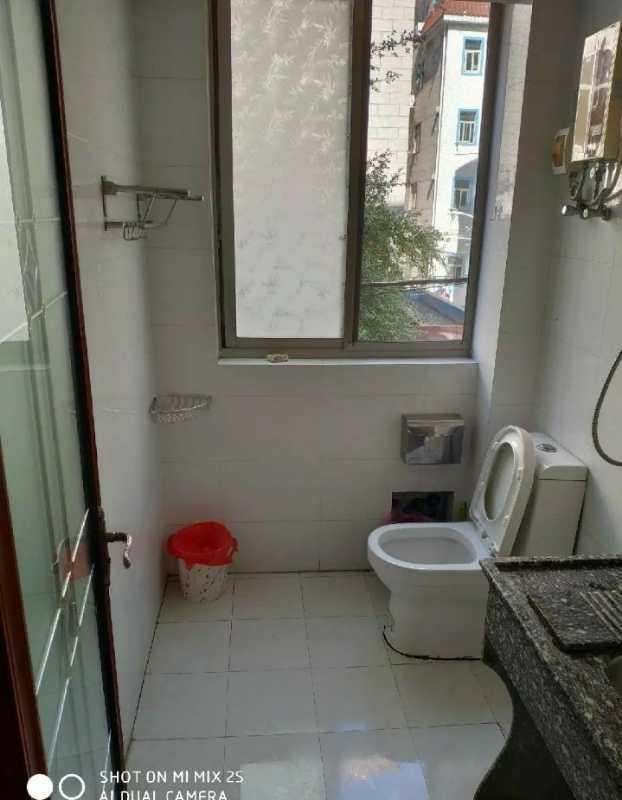 05092出租三江派出所后面2楼东边套,二室一厅一厨一卫,装修干净光线好,家电齐全,拎包入住,常租可以优惠。的实拍照片