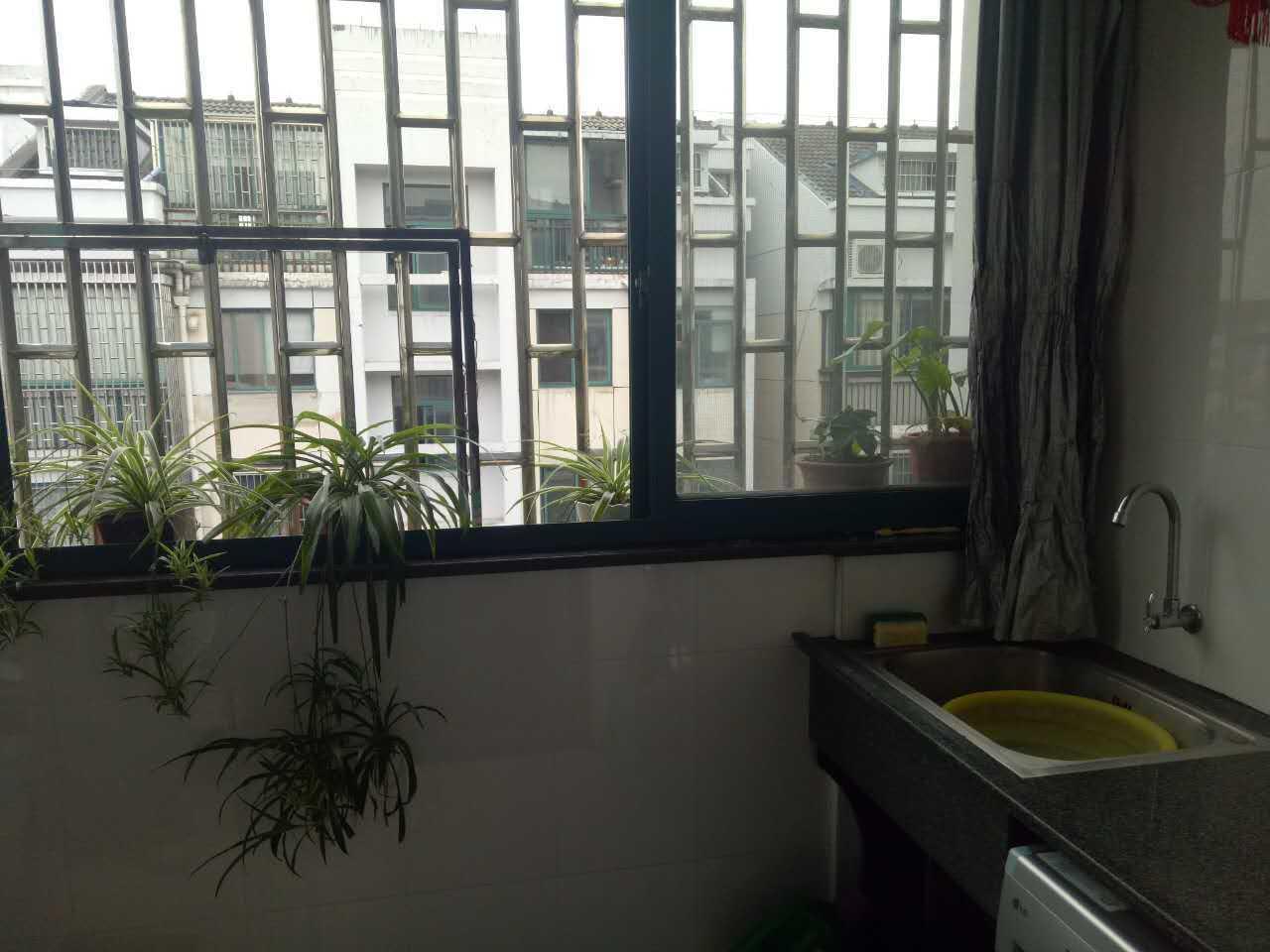 10251出售三江城水漾人家现浇房,东边套阳光充足,复式楼5+6,共170平方,有南北双阳台,6楼是外梯可独立出租,有车棚车库的实拍照片