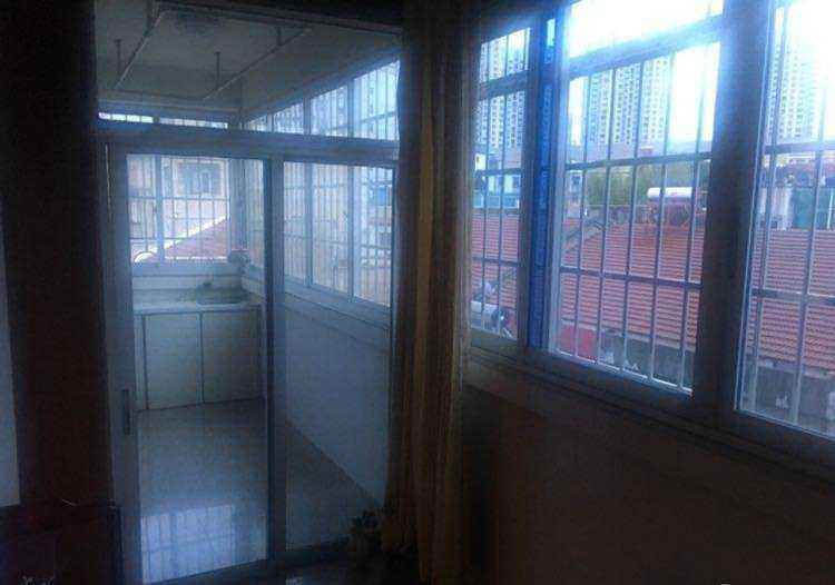 060410:急卖(学区,城北小学,城关中学,)安平里,3楼,119平方三室二厅,售价100万的实拍照片