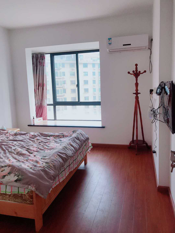 06054急出租  正大新世界9楼两室两厅一厨一卫精装修,家具家电齐全拎包入住2500/月的实拍照片