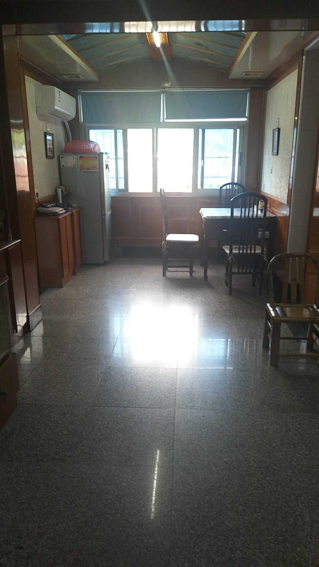 【暂时不卖】 06121出售城北月照里5楼不是顶楼,95平,3室2厅1厨1卫,客厅餐厅分开很宽敞,车棚20平方可以住人的实拍照片