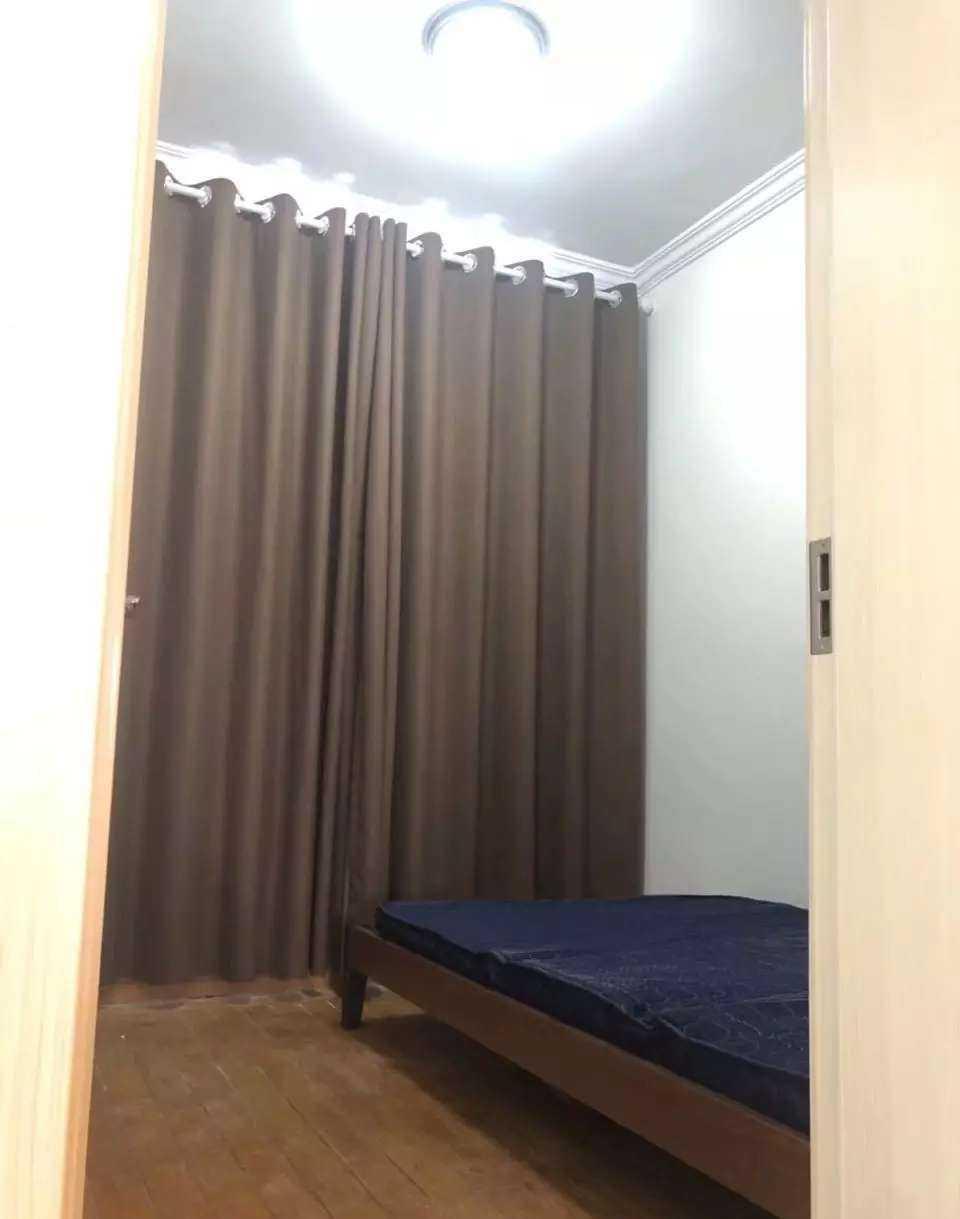 06194出租城中商业城5楼,90平方,三室一厅一厨一卫,全新装修,家电齐全(全新),两只空调,三门冰箱,热水器,全自动洗衣机,拎包入住即可的实拍照片
