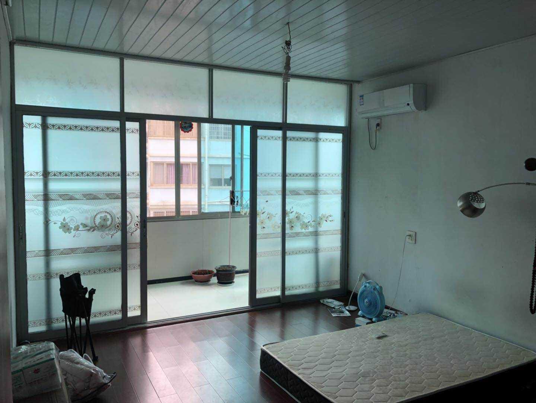 05273:出租鹿山街道高版路四楼,公寓式精装修,面积100平方,三室一厅一厨一卫一阳台,家电家具齐全拎包入住,租价2000元/月。 的实拍照片