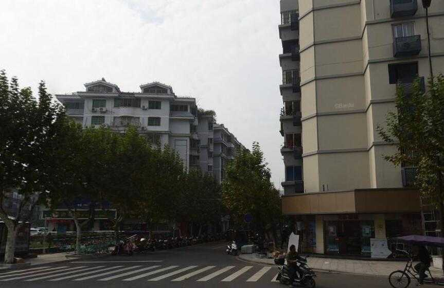 A05054出租三江购物中心斜对面,鹿山大楼4/6楼,43平方,一室一厅一厨一卫,大阳台,越王珠宝楼上