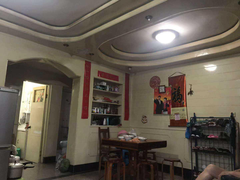 07091出售江滨西路4楼,93平方,中档装修,现可就读,车棚8平方,随时可以看房,售卖62.8万元,的实拍照片
