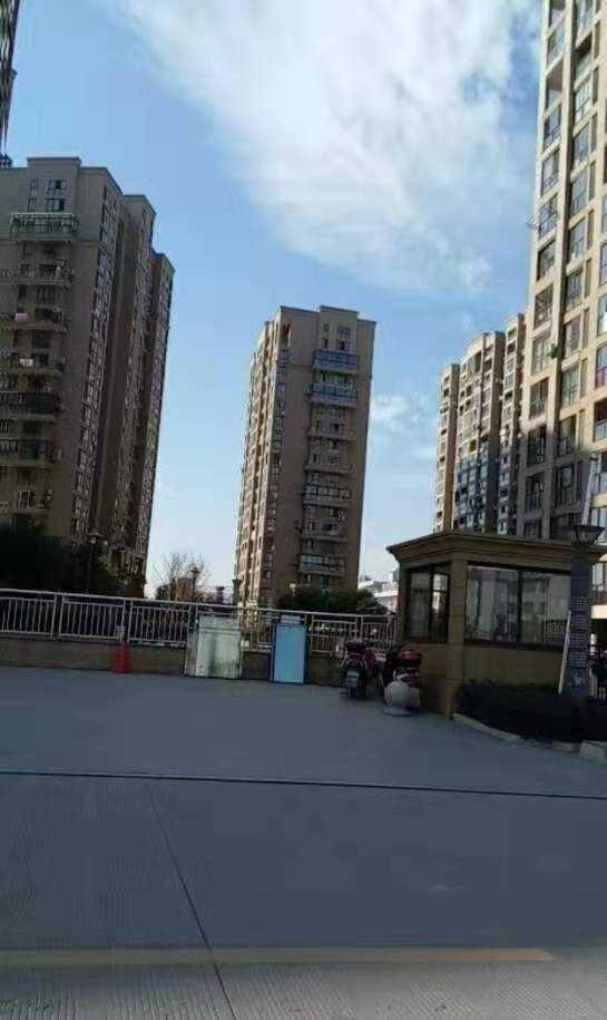 08161出售城东翡翠东城4楼120平方,送20平方,实际140平方,三室二厅一卫,三阳台新装修,西边套结构好,车棚17.68平方,106万的实拍照片