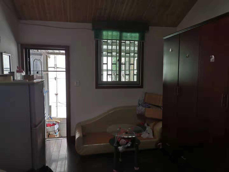 08305出租北直街三江购物中心斜对面,房间20平方,门口小阳台  楼下厨所  水槽  等于说是楼上楼下 700/月  一年适当便宜点的实拍照片