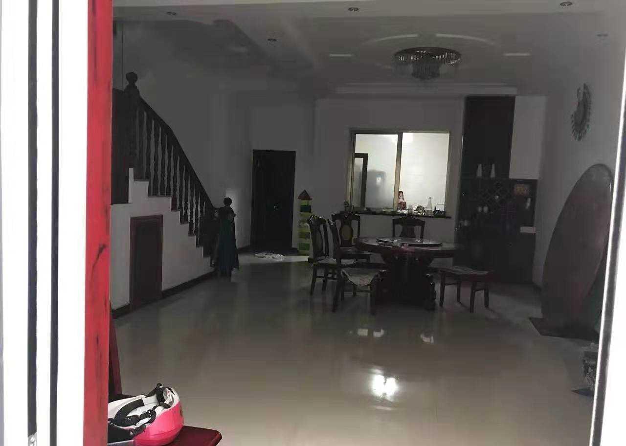 09043急卖城东香缇墅一楼+地下室,精装修,1楼93.48方,地下室150平方。楼上楼下都有大道地,两年前做婚房使用88万,家电家具全送