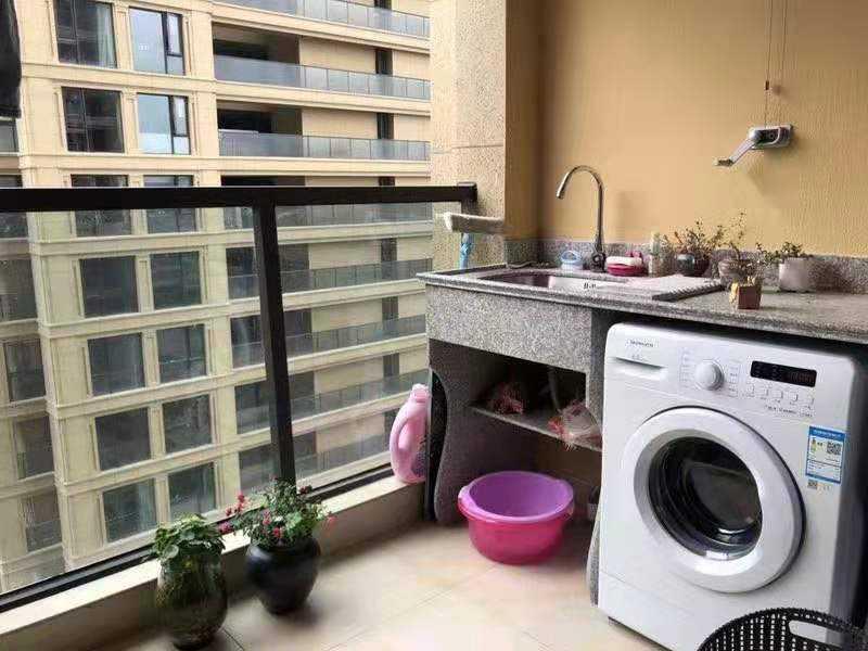 09061出租玉兰花园55平方  2室一厅一厨一卫  清爽装修  家电家具全 拎包入住  带一车位  2300元/月的实拍照片