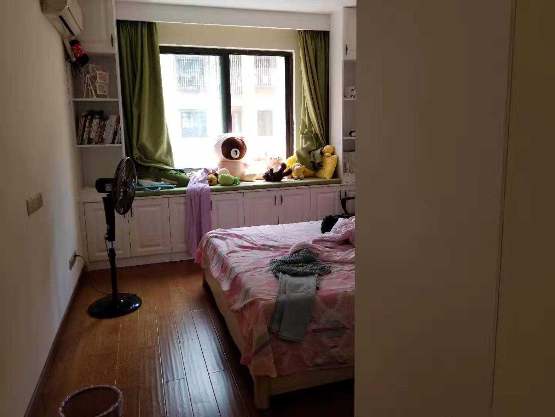 09072出售黄金水岸小高层2楼边套,126平,三室两厅一厨两卫,前面视野好阳光好,没有房屋遮挡,精装修,带12平车棚,售价135万的实拍照片