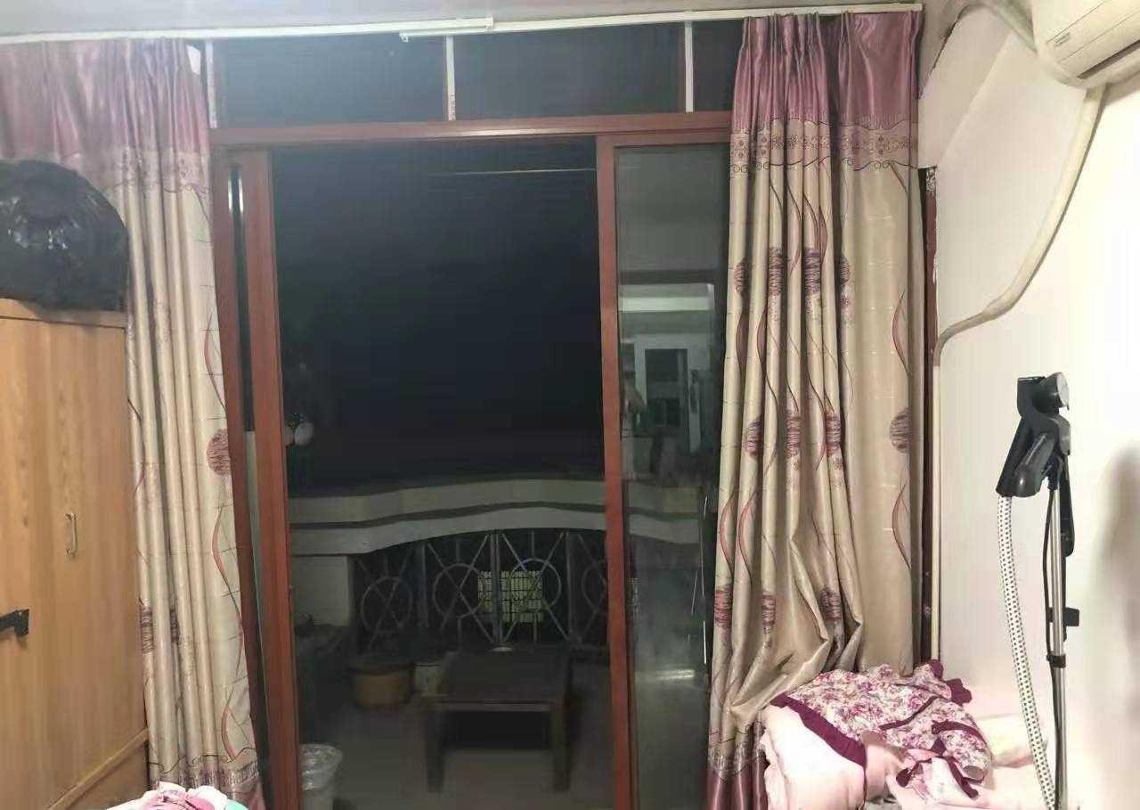 09091出售湖宾新村,6+7复式、5室2厅2卫,加前后露台40方,房产证面积80+40,加大车棚一个补充20方,实地面积160平米,家电齐全,价格108万的实拍照片