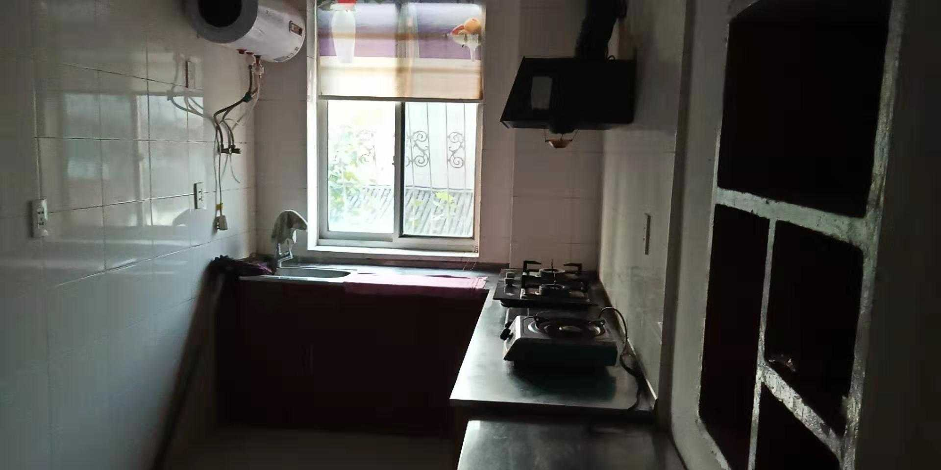 0907出租东前街,二室一厅一厨一卫,装修清爽,两只空调,电视机,热水器,煤气灶,油烟机。1100/月,一年起租。的实拍照片