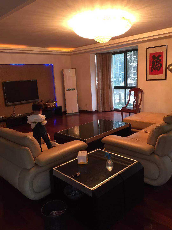 10054出租滨江花园架1/6楼  190平方  四室两厅三卫二阳    全木地板。高档装修  有一车棚 4万1千/年的实拍照片