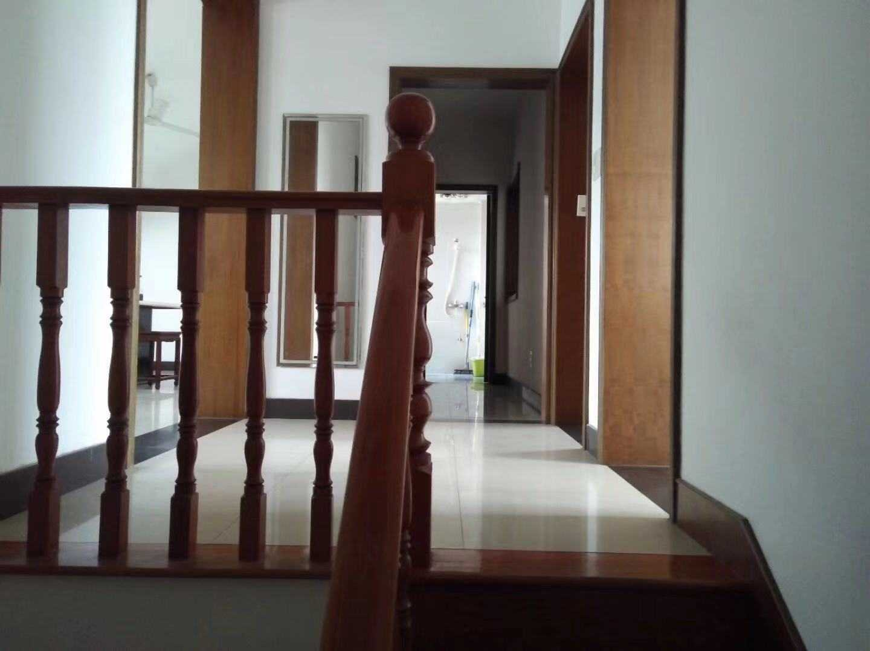 1006出售城东水漾人家5+6,面积133+80,清爽装修,有车棚,售价120万的实拍照片