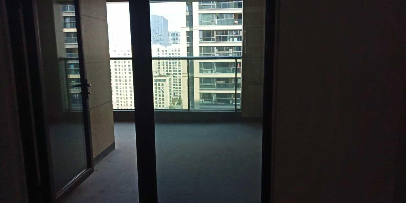 09112出售剡江越园17楼共33楼,面积127平方,3室2厅,得房率100%,送前后阳台35方,加电梯口车位一只,毛坯,最好的户型,第三期产证不满2年,带车位155万净的实拍照片