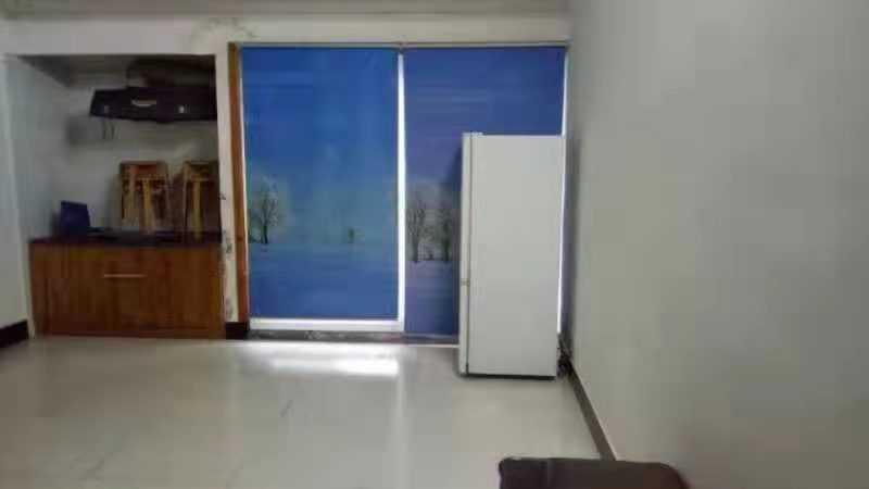 10152出租工会弄7/7楼  65平方,一室一厅一厨一卫一阳台,大房间连一间小房间,适合小学以下的小孩子,空调洗衣机热水器床都有的,电瓶车停车方便,700元/月的实拍照片