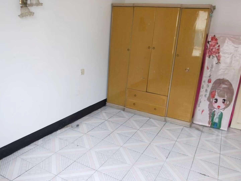 10161出租剧院路的学区房5/5楼,60平方,二室一厅一厨一卫一阳台,一间朝南一间朝北,楼下有一车棚,租金1000元/月的实拍照片