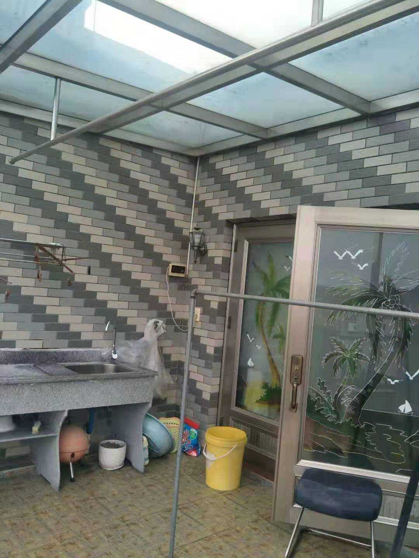 10243三江城水漾人家6/6樓  總110多平方,二室一儲藏室二廳一廚一衛,前面大陽臺一個,車庫也有哦!家具家電齊,住住很舒服的,2萬/年的實拍照片