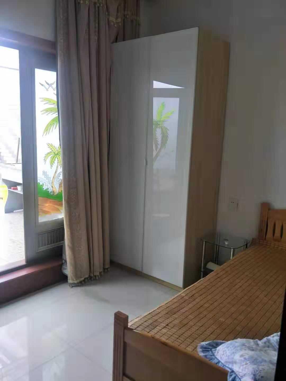 10243三江城水漾人家6/6楼  总110多平方,二室一储藏室二厅一厨一卫,前面大阳台一个,车库也有哦!家具家电齐,住住很舒服的,2万/年的实拍照片