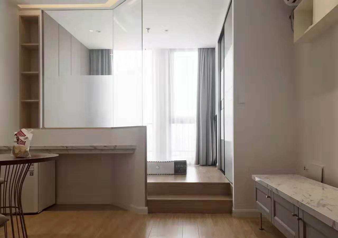 11042吾悦广场单身公寓33楼顶楼朝南!精装,43方,一室一厅一厨一卫,生活电器一应齐全,拎包入住,42.8万