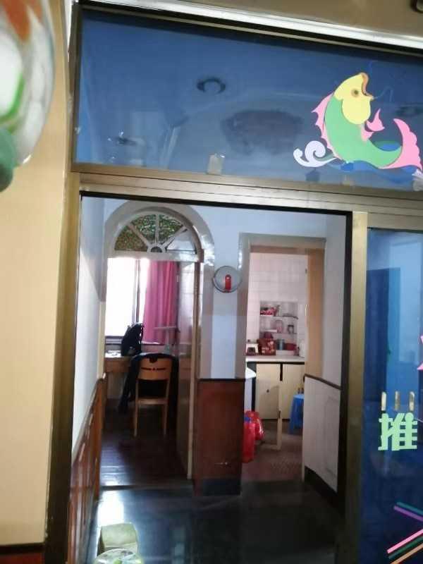 11054:出售江滨新村4/6楼,面积84.25平方,三室一厅,一般装修,学区剡山与马中,带车棚64.8万的实拍照片