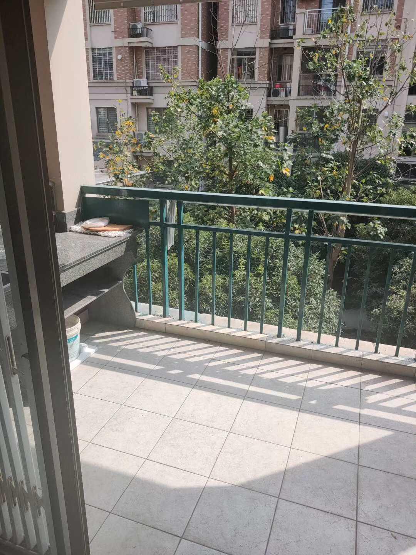 11112:出租臥龍 蘭香苑3樓,面積130多平方,3房2廳,租價3200元/月,有一個車庫,物業自理如果長租可以適當優惠的實拍照片