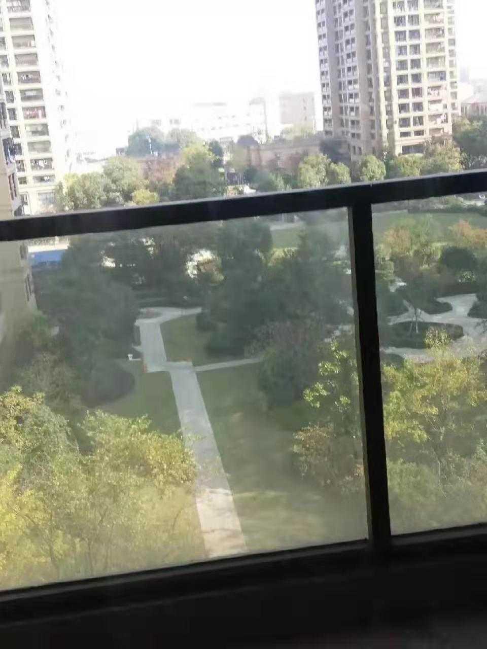 11103急卖急卖,因去杭州买房,急售玉兰花园7楼,121平方,3室2厅双阳台,客厅也有阳台,当毛坯卖,位置极佳,阳光灿烂,115.8万,有一车位另计,要的速度