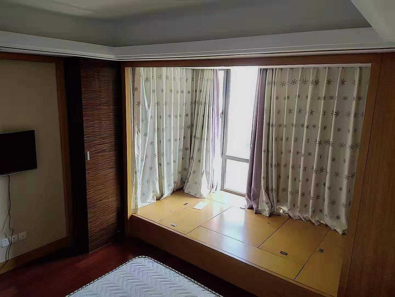 出租玉兰花园4楼,三室二厅一厨一卫,双阳台,有车位。的实拍照片