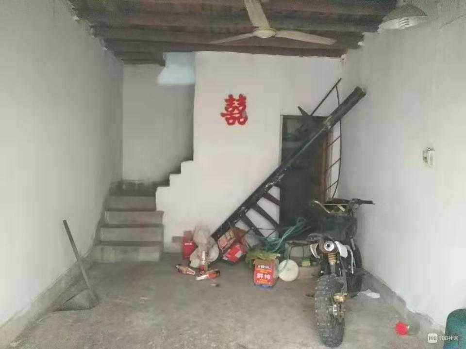 11152出售崇仁镇上老房子,有房产证,两层三间半,落地面积八十多个平方,没有装修过,售价13万