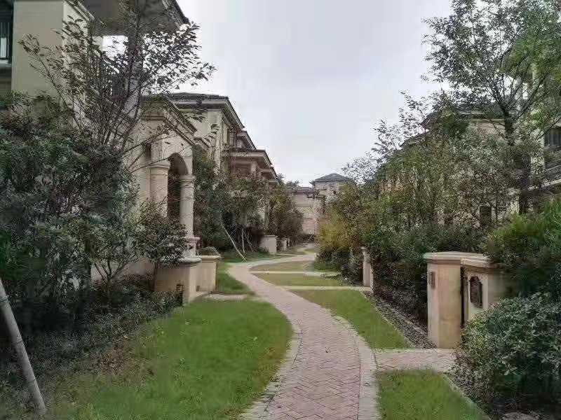 12031出售剡溪一品排屋,地上建筑3层,地下室1层,实际使用面积424.66平米,花园60平米,4室2厅4卫,毛坯,售价168.8万