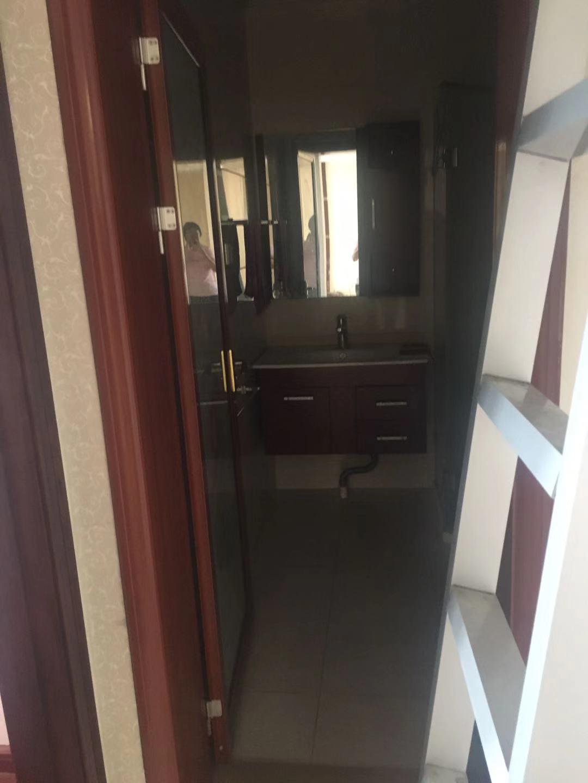 12154金湾国际11/11楼,143平方,三室两厅两卫一厨,家电齐全,地暖,精装修,另加一个车位,每月3500元的实拍照片