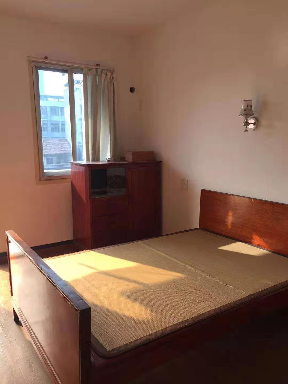 12161出租城中文化广场附近保婴路5楼,60方,2室1厅,5年前重新装修,家电家具齐全,1200元/月的实拍照片