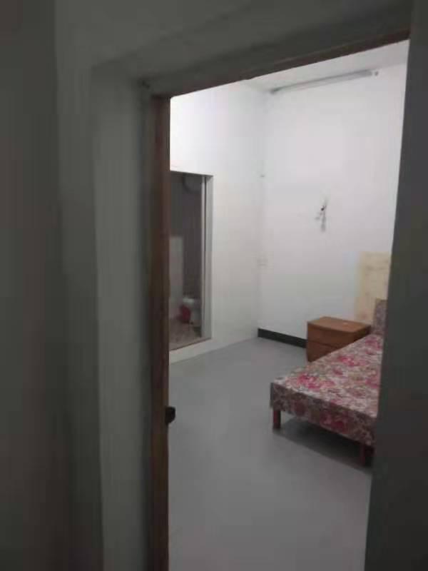 12261出租仙湖幼儿园旁自建房,两间一室一卫2楼各500元/月,一楼二室一卫租880一月,另有车库一个有卫生间400一个月的实拍照片