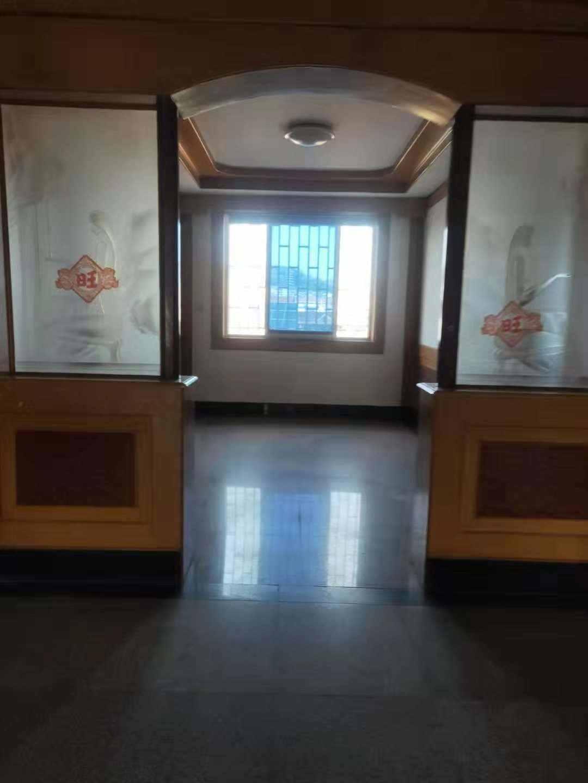 A1071出售宝石路6+7层,每层139.3平米,外梯,6楼4室2厅2卫2阳台,7楼3室1厅1卫,有30平方露台,车棚8平米,售价83万的实拍照片