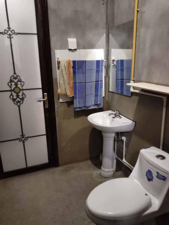 A03086出租城南蓝光雍锦和世家18/33楼,三室二厅一卫,109平方,中层,简装,1200元/月,有车位250元/月的实拍照片