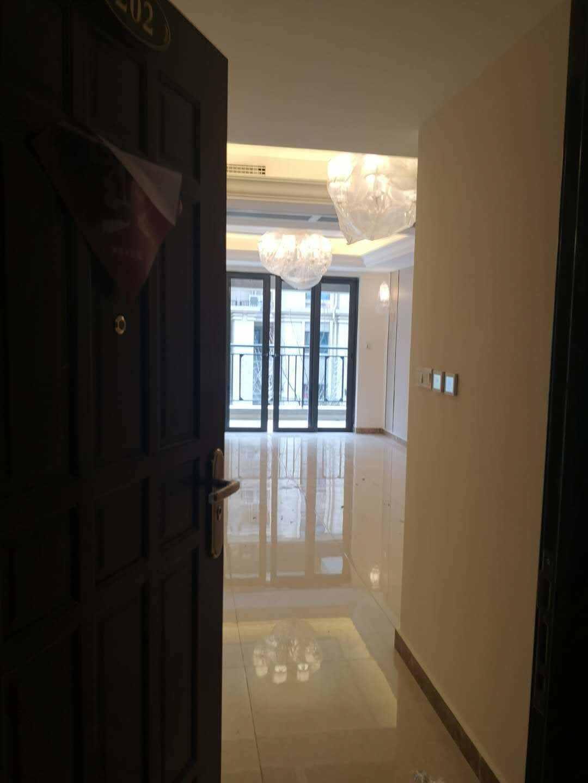 A03167出租恒大越府二楼,96平米(幼儿园后面,阳光视线佳),三室一厅一厨一卫,精装修中央空调。首次出租,2500元/月的实拍照片