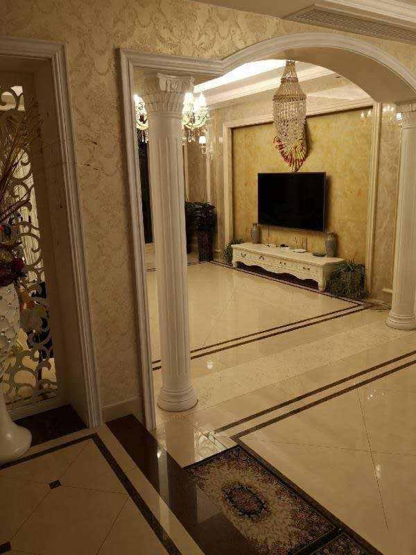 A03251出售中大叠排3,4,5楼,房产证面积195平方,实际可用面积246平方,4室2厅3卫,欧式豪华装修,车位一个,售价328万元的实拍照片