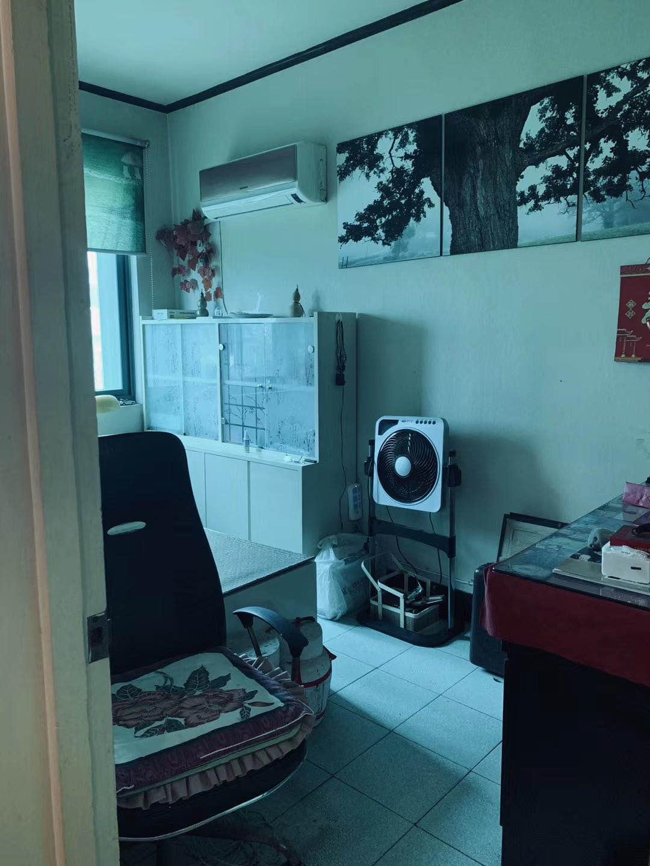 A06281出售医院路学区房5/6,73平方,三室一厅,二房朝南,精装修,阳光充足,一车棚,售价53.8万的实拍照片