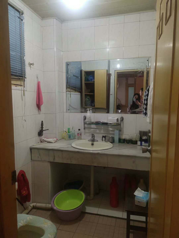 A07151江滨新村5楼三室二厅二卫,车棚8平方,111平方,净70万,清爽装修的实拍照片