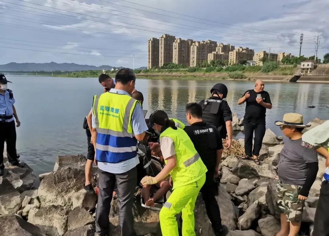 惊险!嵊州这里有人落水,特警、救援队都来了