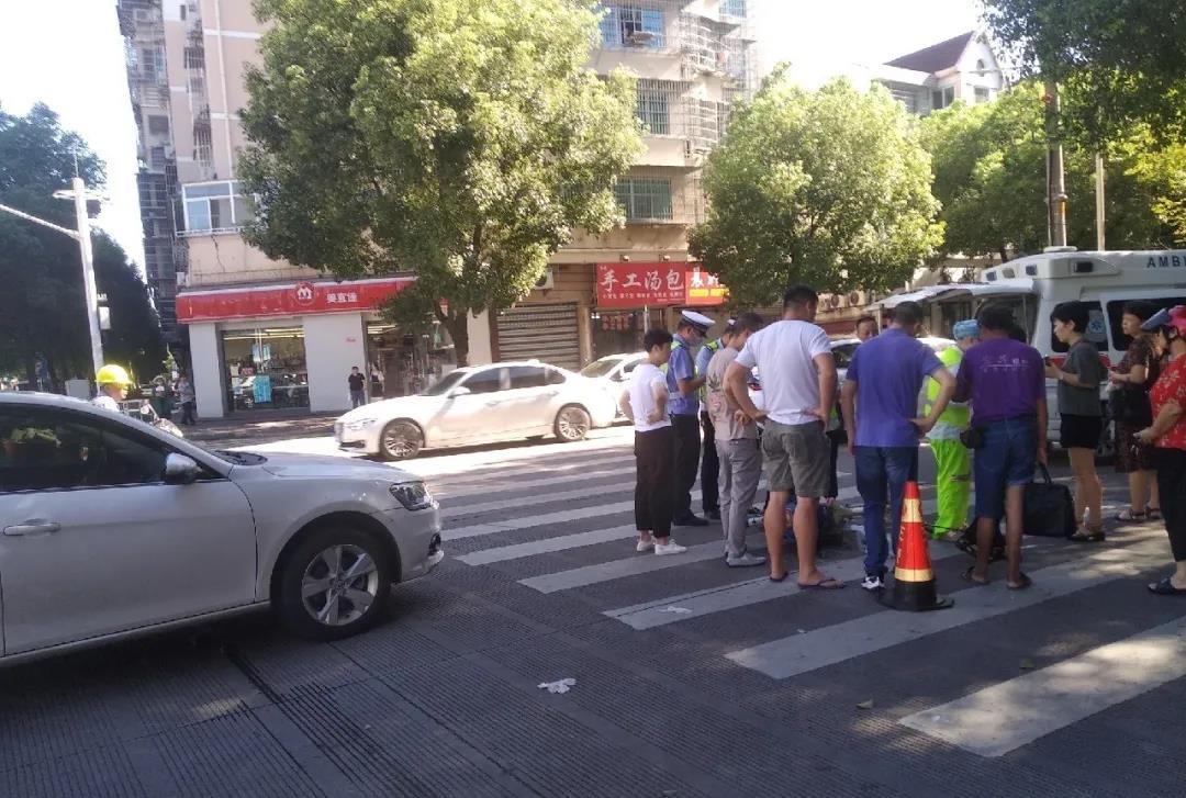 嵊州这里发生一起车祸,轿车把走在人行道的老太太撞了,围满了人...