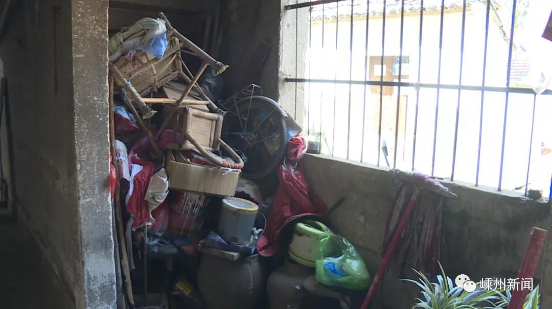 嵊州这条老街房内杂物乱堆乱放,存在安全隐患,需相关部门整治